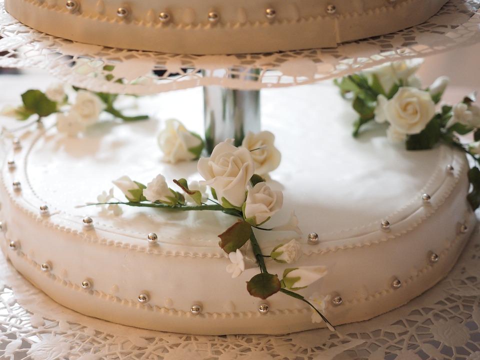 Torta nuziale total white con fiori.
